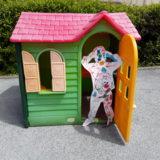 enfant devant la cabane